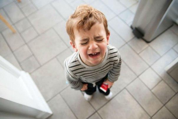 Мальчик задирает платье девочке